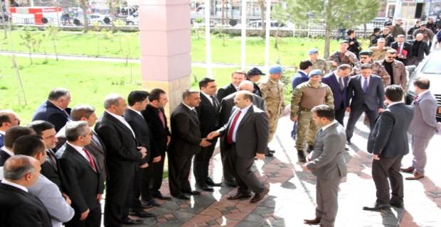 Bitlis Valisi Ustaoğlu Devletin Millet İçin Gönderdiklerini Dağa Götürdüler