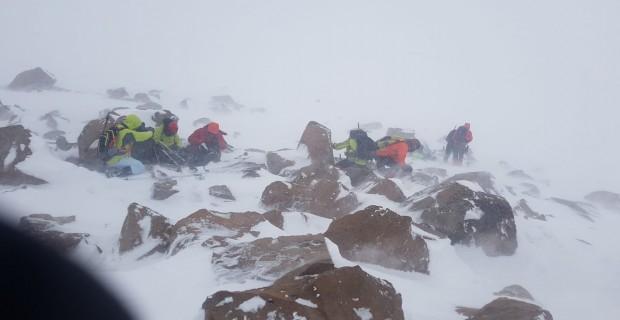 Tipiye yakalanan dağcıların zor anları