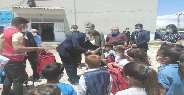 Adilcevaz Kızılay Şubesinden okullara kırtasiye malzemesi